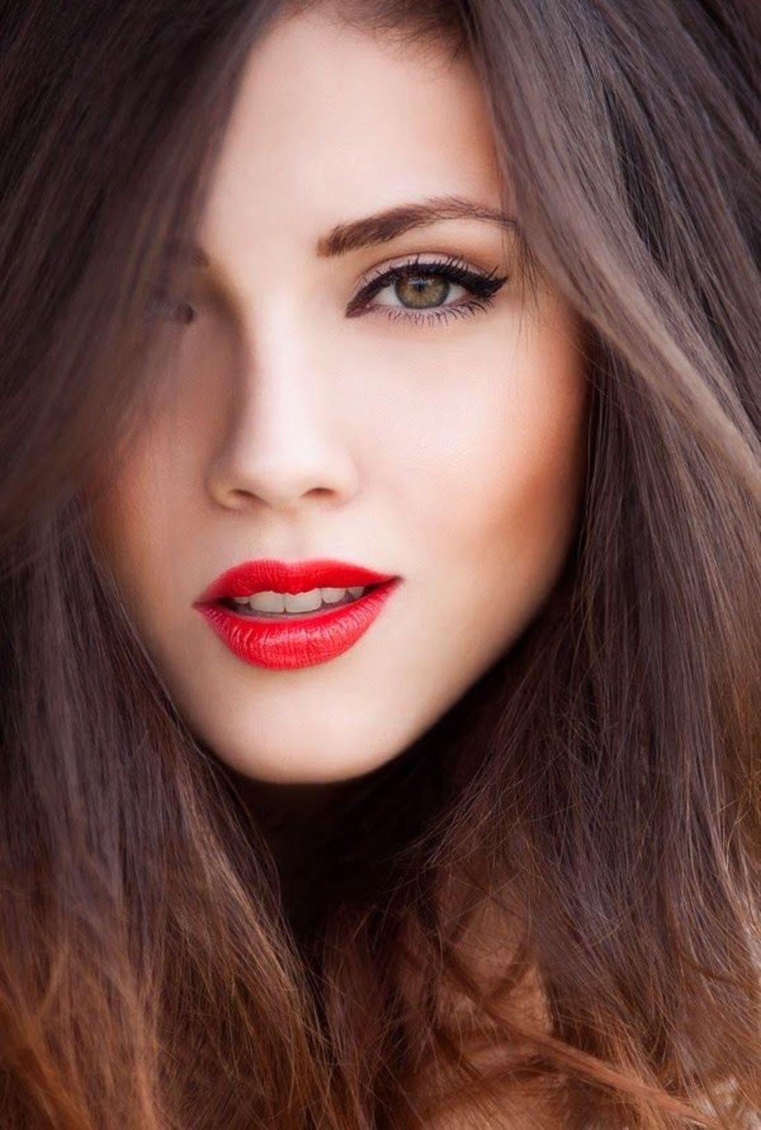 Макияж красные губы и чёрные глаза
