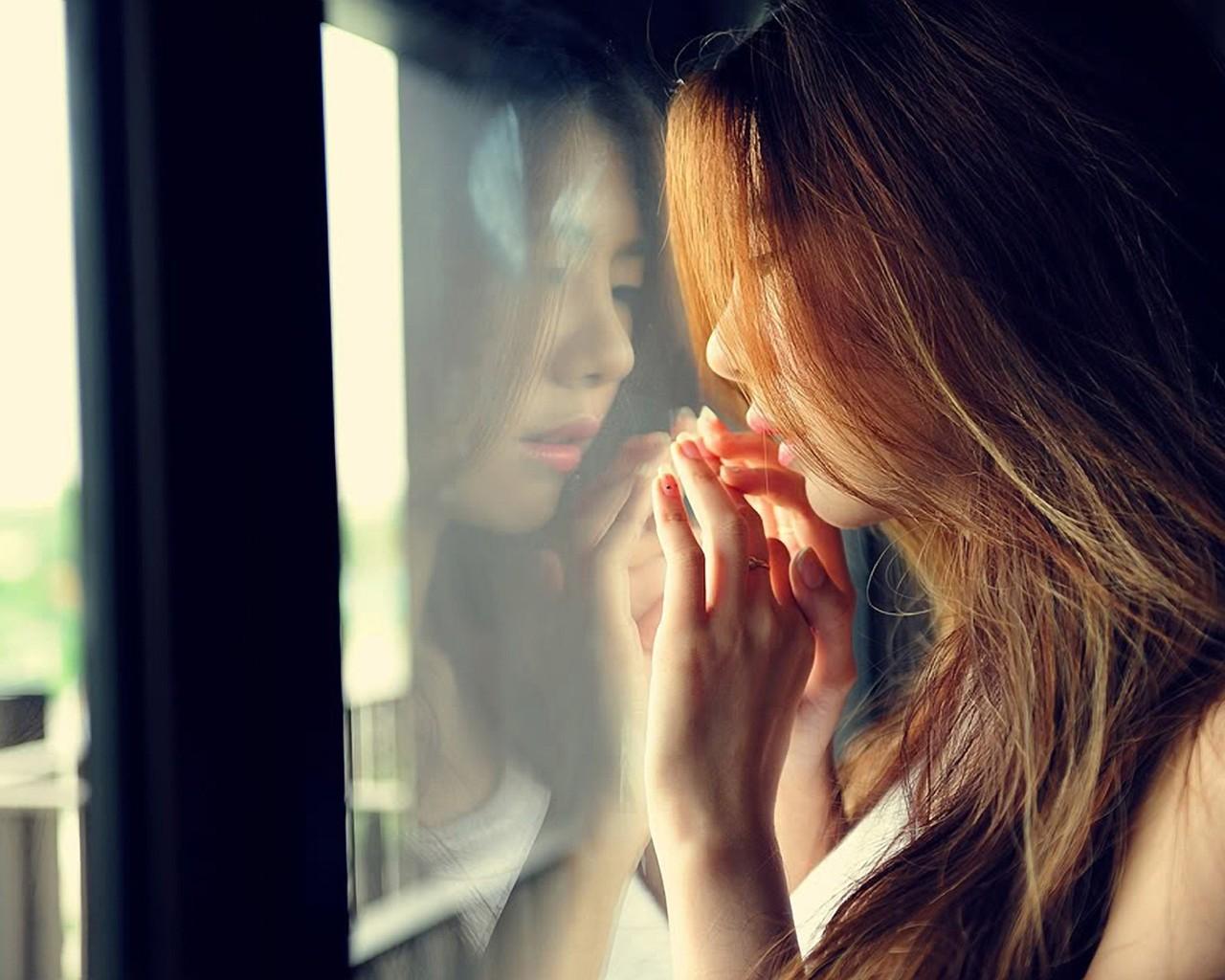 Девушка у окна фото 400-354