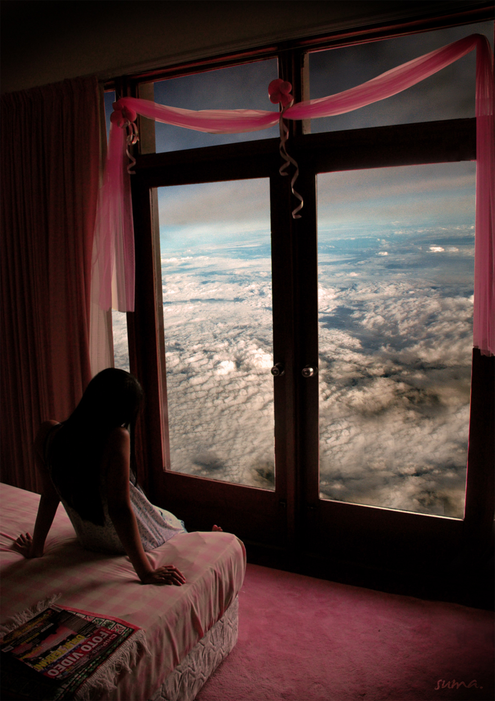 Девушка в одиночестве у окна фото