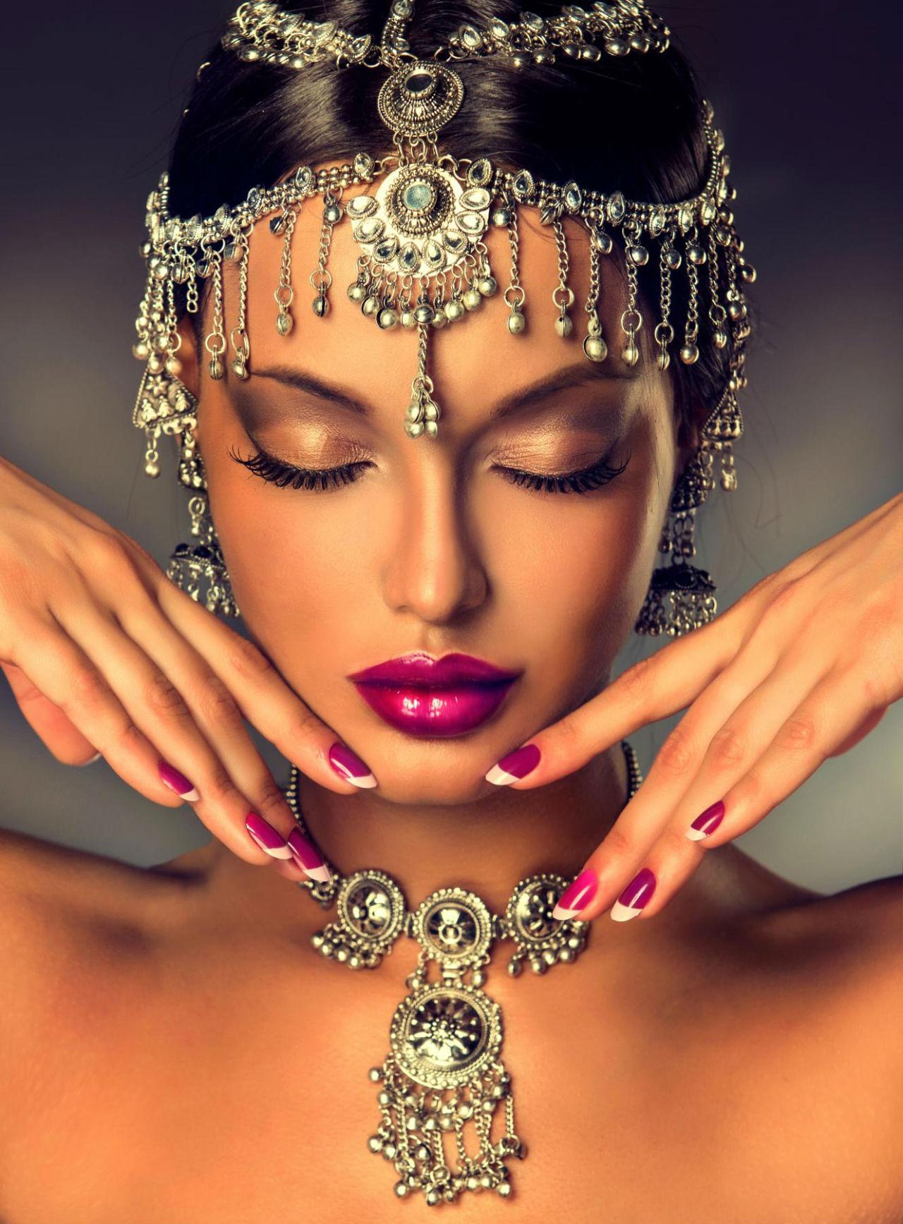 Красивая женщина в красивых украшениях фото